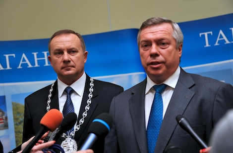 Mayor Vladimir Prasolov and Governor Golubev meet the press